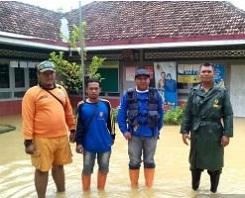 Anggota BPBD dan TNI Siaga di Desa Angkatan Kidul, Antisipasi Luapan Banjir